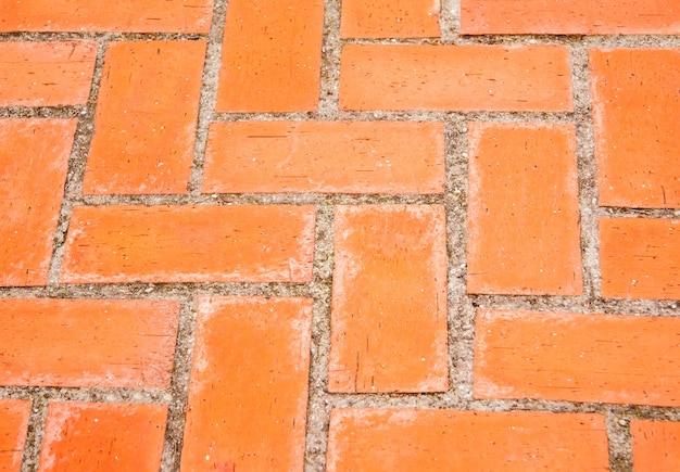 Zbliżenie prostokątnych pomarańczowych cegieł brukowych w terenie publicznym