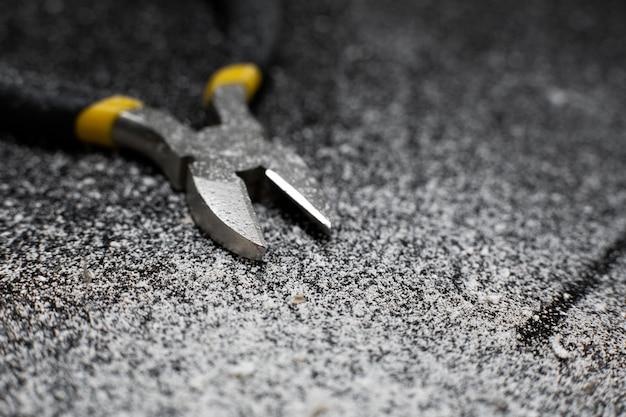 Zbliżenie przecinaka do drutu narzędzie profesjonalnego elektryka instalatora.