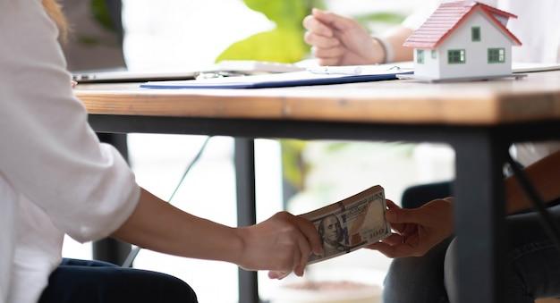 Zbliżenie przedsiębiorców ręce biorąc pieniądze łapówki pod pojęciem tabeli, korupcji i przekupstwa