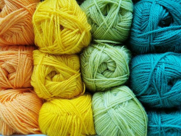 Zbliżenie przędzy na drutach. kulki nici, materiał do tworzenia rzeczy.