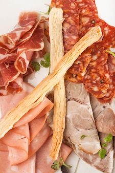 Zbliżenie przekąska z mieszanego mięsa i kiełbasy