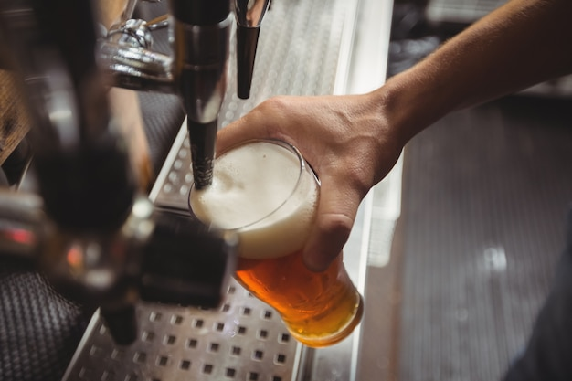 Zbliżenie przetargu bar napełniania piwa z pompy barowej