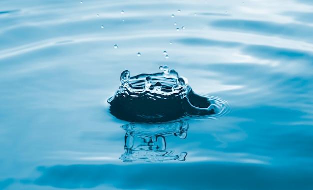 Zbliżenie przezroczystej kropli wody na powierzchni pierścienia wody, naturalne pojęcie.