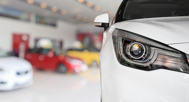Zbliżenie przód nowego samochodu w salonie