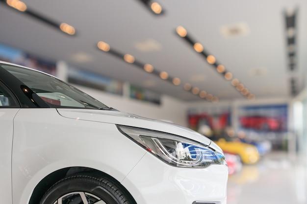 Zbliżenie przód nowego samochodu w tle salonu