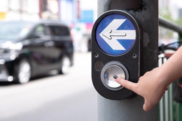 Zbliżenie przycisk wywołania przejścia dla pieszych. ręcznie naciskając przycisk, aby przejść