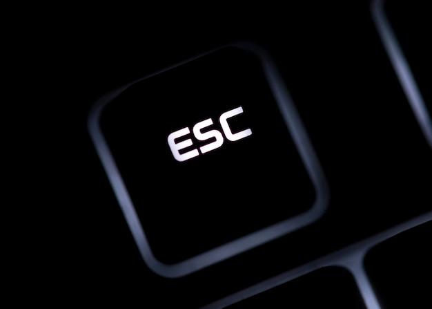 Zbliżenie przycisku esc na czarnej klawiaturze