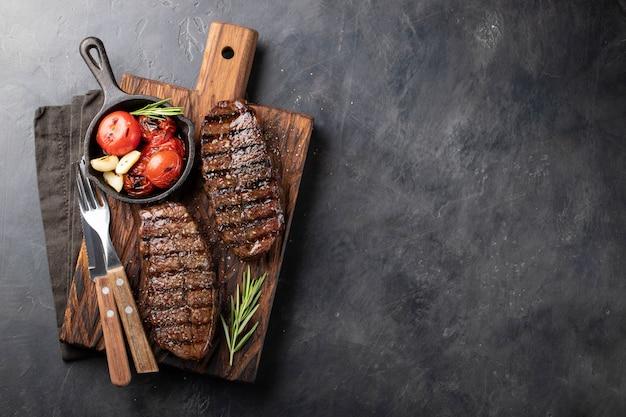 Zbliżenie przygotowywający jeść stek odgórnego ostrza.