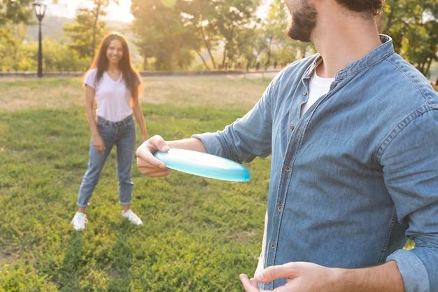 Zbliżenie przyjaciół bawiących się frisbee