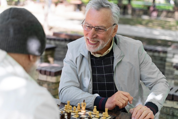 Zbliżenie przyjaciół grających w szachy