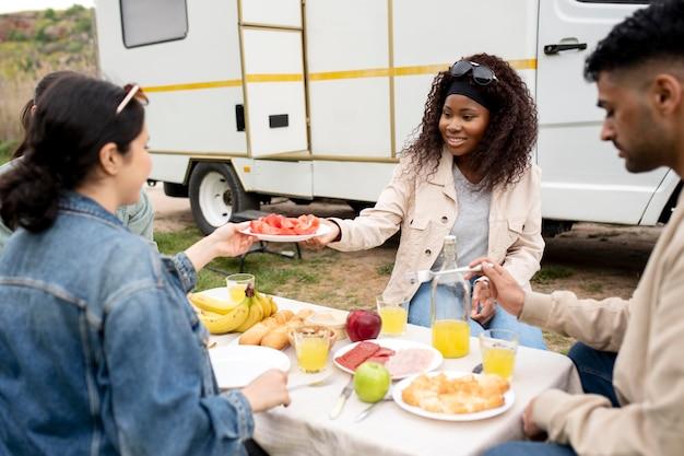 Zbliżenie przyjaciół jedzących razem