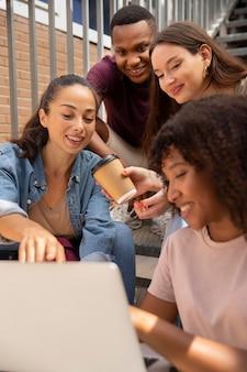 Zbliżenie przyjaciół patrzących na laptopa