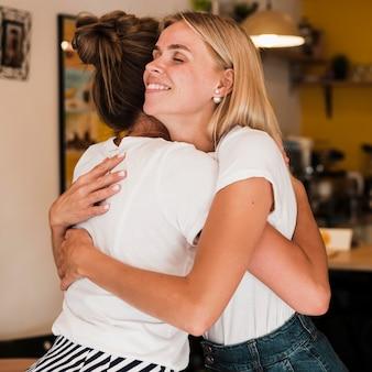 Zbliżenie przyjaciół przytulających się