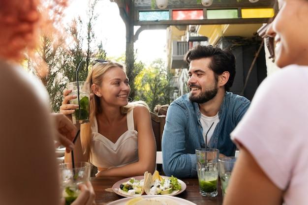 Zbliżenie przyjaciół siedzących przy stole