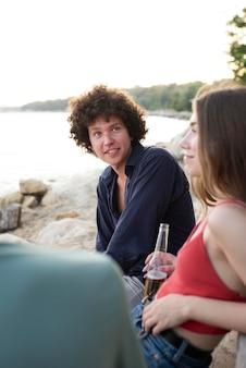 Zbliżenie przyjaciół spędzających czas na świeżym powietrzu