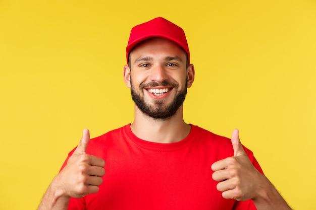 Zbliżenie przyjaznego uśmiechniętego dostawcy w czerwonej jednolitej czapce i koszulce zapewnia najlepszą ekspresową wysyłkę...