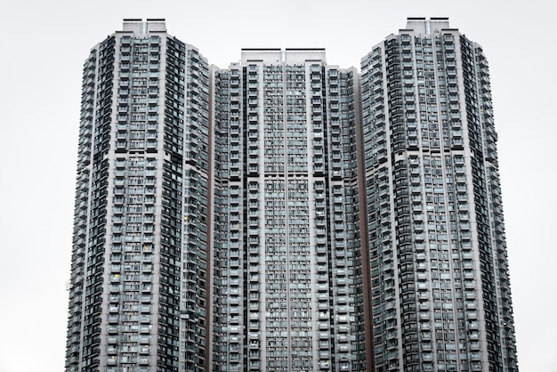 Zbliżenie przypominającego plaster miodu wieżowca w kowloon w hongkongu