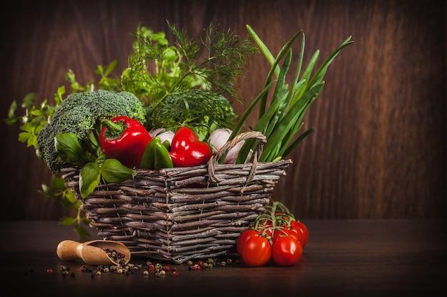 Zbliżenie przypraw i warzyw na drewno