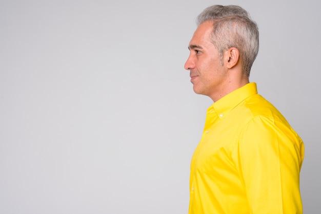 Zbliżenie przystojny biznesmen perski na sobie żółtą koszulkę na białym tle