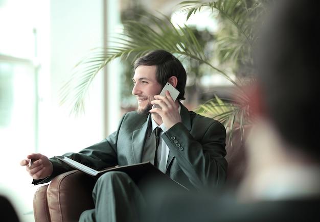 Zbliżenie przystojny biznesmen rozmawia na smartfonie