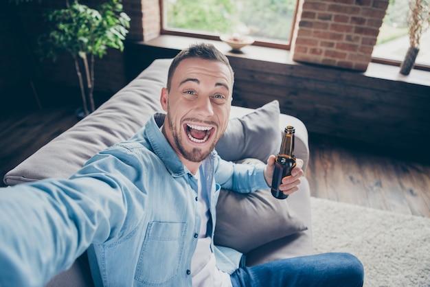 Zbliżenie przystojny facet robi selfie na blogu