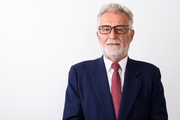 Zbliżenie przystojny starszy brodaty biznesmen na sobie okulary na białym tle