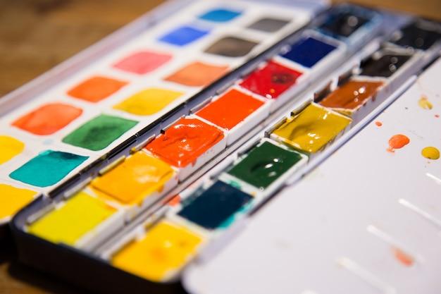 Zbliżenie pudełek z farbą