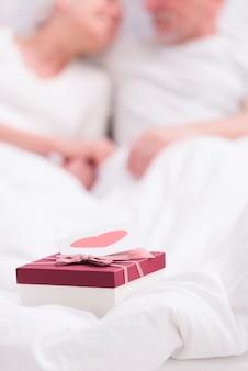 Zbliżenie pudełko z kartą z życzeniami na białym kocem