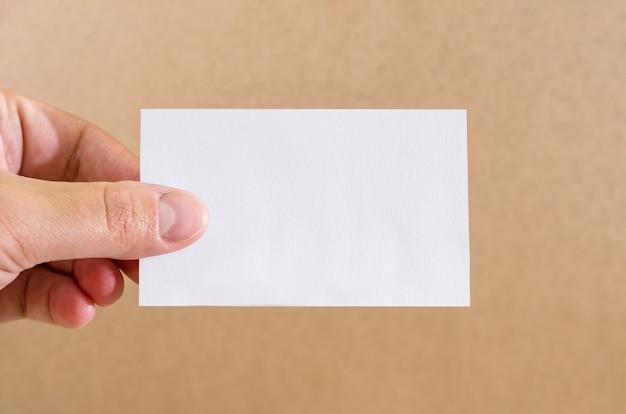 Zbliżenie pustego arkusza w dłoni