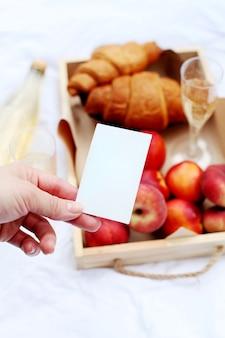 Zbliżenie pustej karty lub notatki. croissant, lemoniada i owoce brzoskwinie