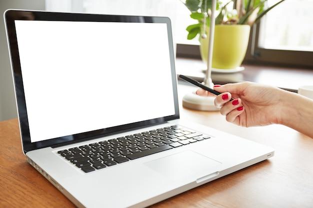 Zbliżenie pusty biały ekran laptopa
