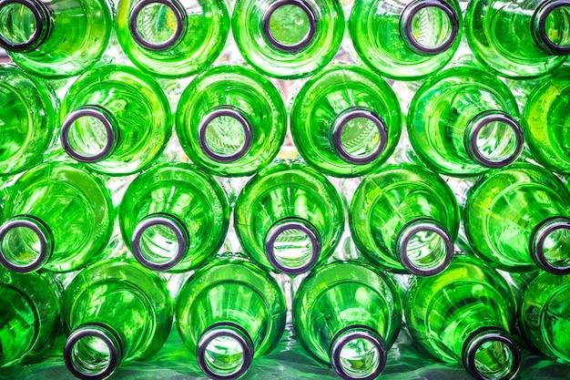 Zbliżenie pusty zielony butelki piwa tło