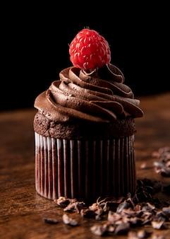 Zbliżenie pyszne babeczki czekoladowe z malinami