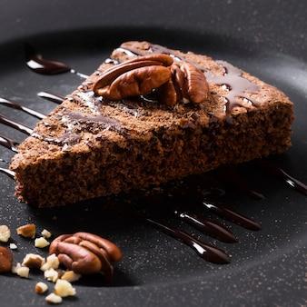 Zbliżenie pyszne ciasto czekoladowe z orzechami włoskimi