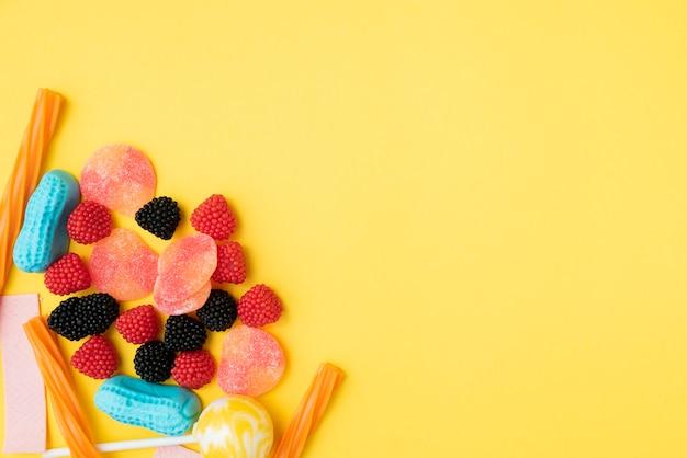 Zbliżenie pyszne cukierki na stole