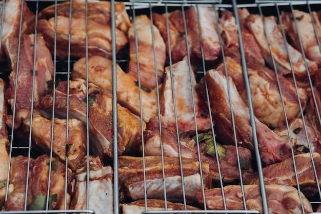 Zbliżenie pyszne marynowane żeberka na grilla