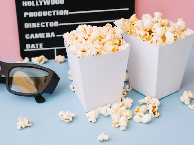 Zbliżenie pyszne popcorn pudełka na stole