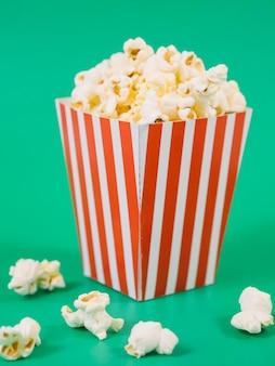 Zbliżenie pyszne pudełko popcornu na stole
