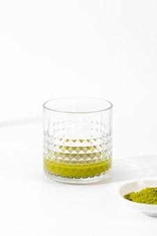 Zbliżenie pyszne szklanki herbaty matcha