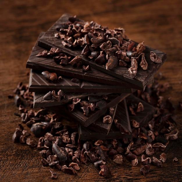 Zbliżenie pysznej czekolady na drewnianym stole
