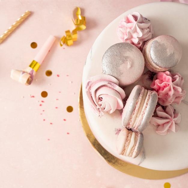 Zbliżenie pyszny tort urodzinowy
