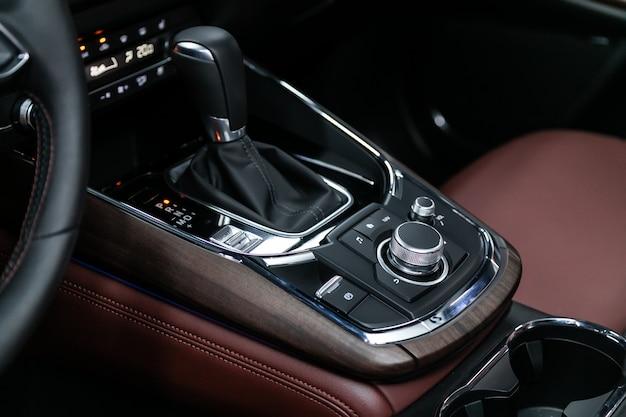 Zbliżenie rączki i przycisków przyspieszenia z nowoczesną konsolą centralną z elementami sterującymi. automatyczna skrzynia biegów samochodu, wnętrze samochodu