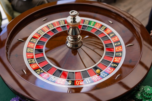 Zbliżenie rąk krupiera blackjacka w kasynie, bardzo płytkiej głębi ostrości.