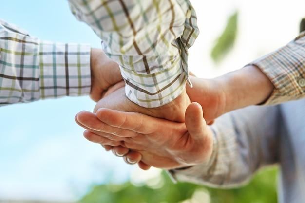 Zbliżenie rąk ludzi biznesu dokonywanie stosu
