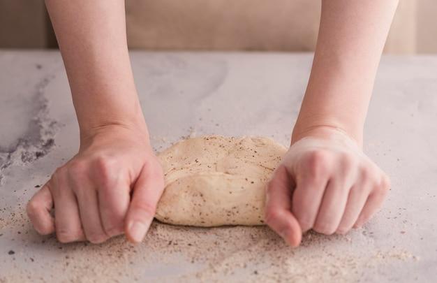 Zbliżenie rąk wyrabia ciasto