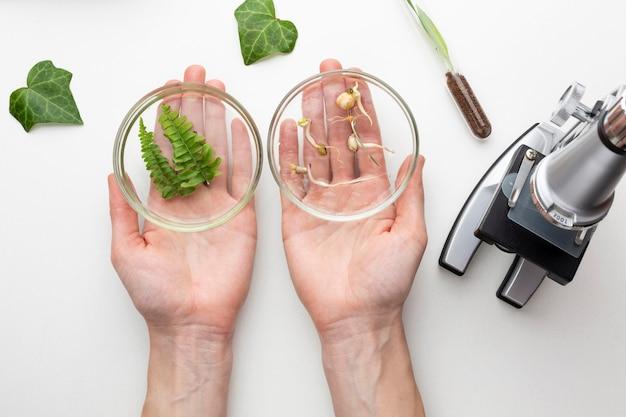 Zbliżenie ręce trzymając naczynia szklane