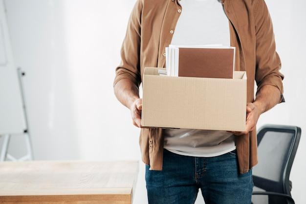 Zbliżenie ręce trzymając pudełko z rzeczami