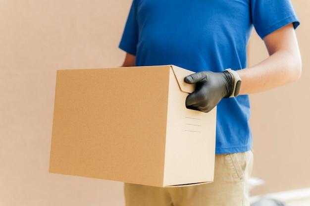 Zbliżenie ręce trzymając pudełko