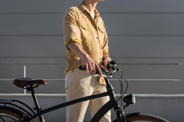 Zbliżenie ręce trzymając rower