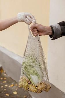 Zbliżenie ręce trzymając sieć żywności